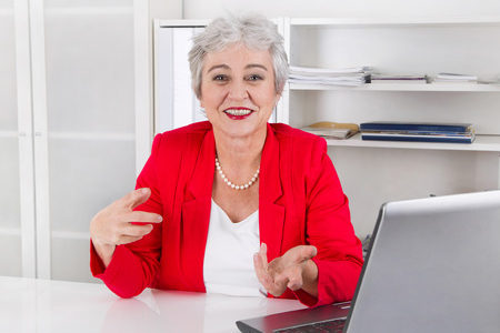 Im roten Kostüm ins Büro: Ist das zu aufdringlich?